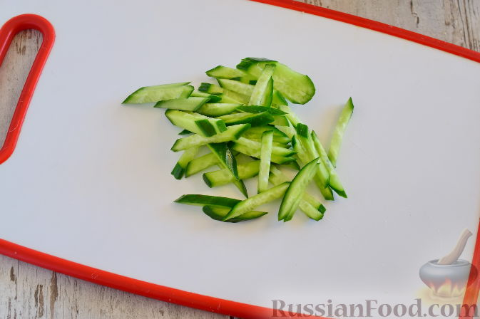Фото приготовления рецепта: Овощной салат с мандаринами - шаг №4