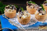 Фото к рецепту: Салат с курицей и грибами (в тарталетках)