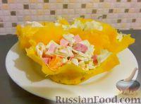 """Фото к рецепту: Салат """"Мандариновая нежность"""" в сырной корзиночке"""
