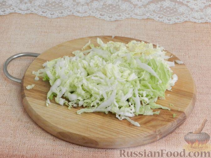Фото приготовления рецепта: Салат с копченой курицей и яблоком - шаг №2