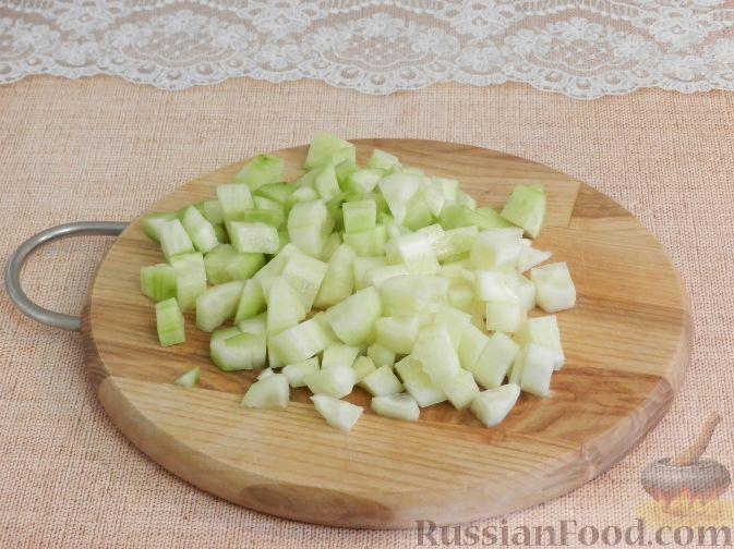 Фото приготовления рецепта: Салат с копченой курицей и яблоком - шаг №3