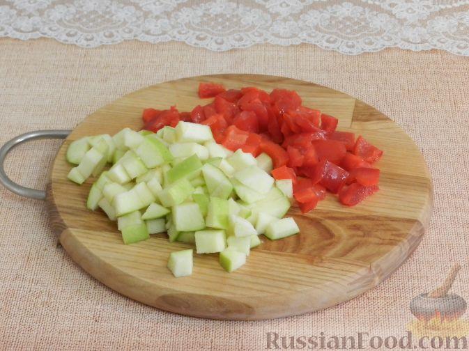 Фото приготовления рецепта: Салат с копченой курицей и яблоком - шаг №5