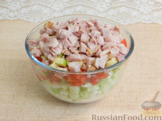 Фото приготовления рецепта: Салат с копченой курицей и яблоком - шаг №8