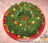 Фото к рецепту: Салат «Рождественский венок» с куриным филе, сыром и яйцами