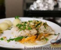 Фото к рецепту: Судак, запечённый в духовке, на подушке из овощей