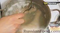 Фото приготовления рецепта: Куриный бульон с лапшой и яйцом - шаг №2