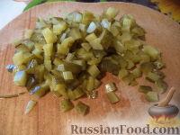 """Фото приготовления рецепта: Салат """"Селедка под шубой"""" с маринованными огурцами - шаг №4"""