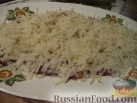 """Фото приготовления рецепта: Салат """"Селедка под шубой"""" с маринованными огурцами - шаг №7"""