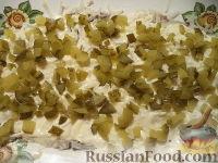 """Фото приготовления рецепта: Салат """"Селедка под шубой"""" с маринованными огурцами - шаг №8"""