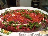 """Фото приготовления рецепта: Салат """"Селедка под шубой"""" с маринованными огурцами - шаг №9"""