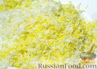 """Фото приготовления рецепта: Салат """"Селедка под шубой"""" с маринованными огурцами - шаг №3"""