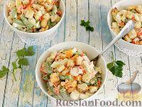 Фото к рецепту: Салат с крабовыми палочками, стручковой фасолью и сухариками