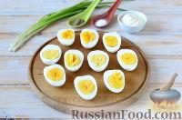 Фото приготовления рецепта: Яйца, фаршированные свеклой и сельдью - шаг №2