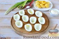 Фото приготовления рецепта: Яйца, фаршированные свеклой и сельдью - шаг №3