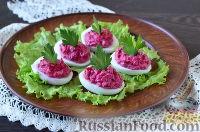 Фото приготовления рецепта: Яйца, фаршированные свеклой и сельдью - шаг №10