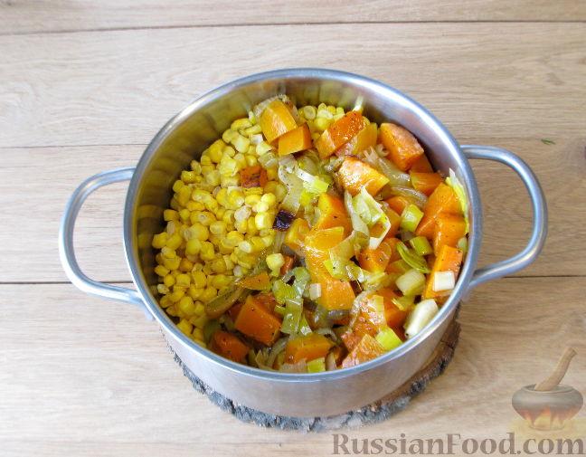 Фото приготовления рецепта: Тыквенный суп-пюре с кукурузой - шаг №7