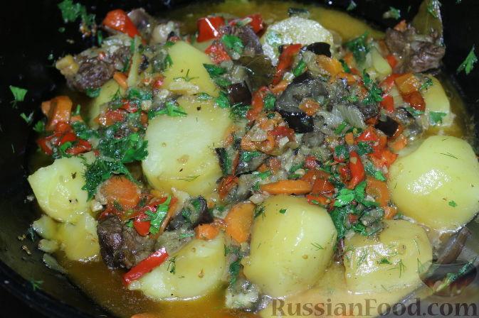 Фото приготовления рецепта: Рагу с картофелем, фасолью и тефтелями, тушенными с грибами и вином - шаг №9