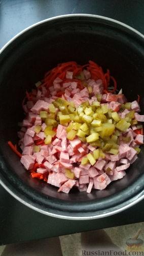 """Фото приготовления рецепта: Салат """"Осенний"""" из капусты, моркови, огурцов и колбасы - шаг №5"""