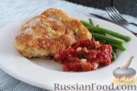 Фото к рецепту: Куриная грудка в сырной панировке, с томатным соусом