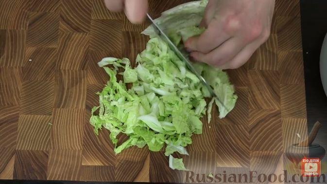 Фото приготовления рецепта: Салат из пекинской капусты, с мивиной - шаг №1