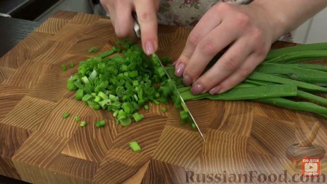 Фото приготовления рецепта: Салат из пекинской капусты, с мивиной - шаг №2