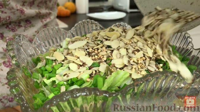 Фото приготовления рецепта: Салат из пекинской капусты, с мивиной - шаг №4