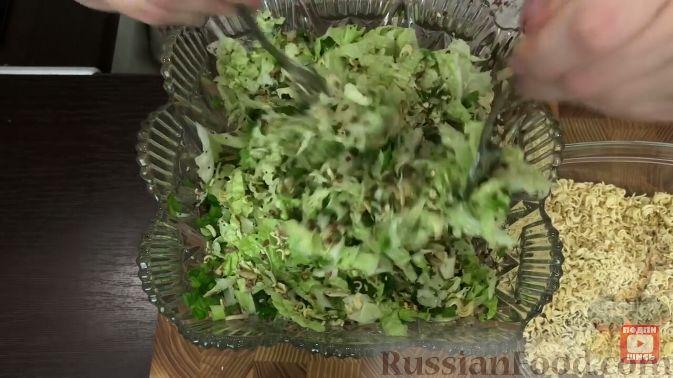 Фото приготовления рецепта: Салат из пекинской капусты, с мивиной - шаг №8