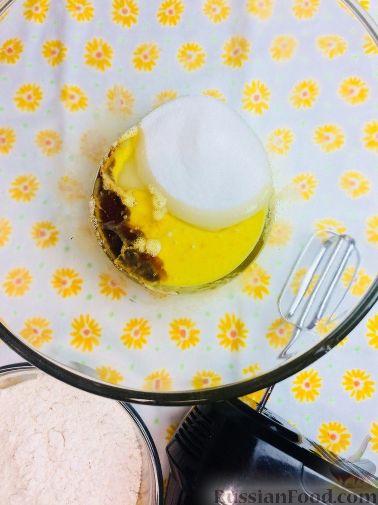 Фото приготовления рецепта: Банановый кекс с голубикой (черникой), на растительном масле - шаг №4