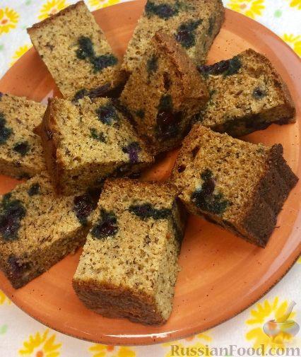 Фото приготовления рецепта: Банановый кекс с голубикой (черникой), на растительном масле - шаг №12