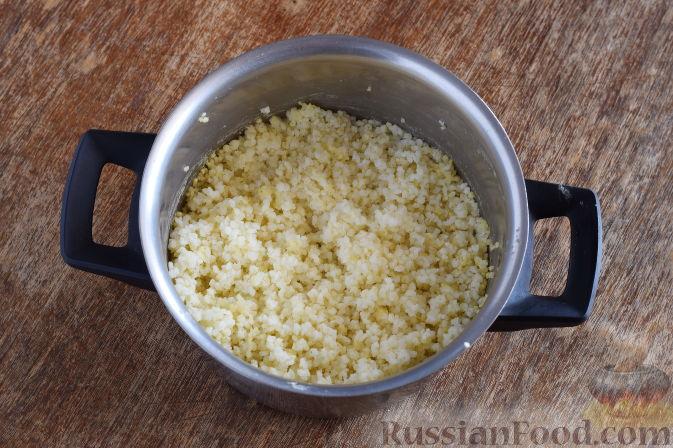 """Фото приготовления рецепта: Салат """"Золотое танго"""" с капустой, фруктами и пшеном - шаг №2"""