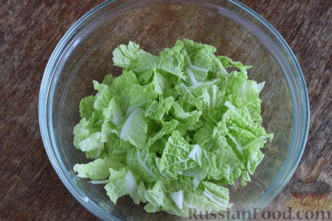 """Фото приготовления рецепта: Салат """"Золотое танго"""" с капустой, фруктами и пшеном - шаг №3"""