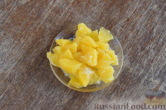 """Фото приготовления рецепта: Салат """"Золотое танго"""" с капустой, фруктами и пшеном - шаг №4"""