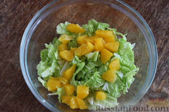"""Фото приготовления рецепта: Салат """"Золотое танго"""" с капустой, фруктами и пшеном - шаг №5"""