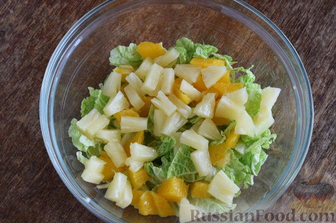 """Фото приготовления рецепта: Салат """"Золотое танго"""" с капустой, фруктами и пшеном - шаг №7"""