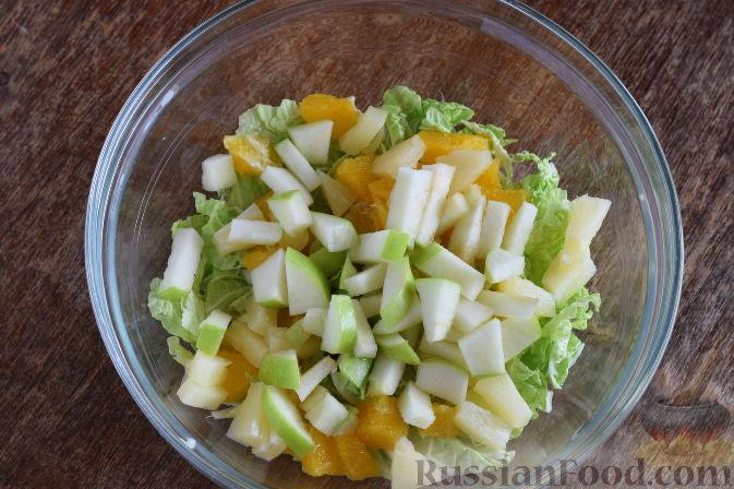 """Фото приготовления рецепта: Салат """"Золотое танго"""" с капустой, фруктами и пшеном - шаг №9"""