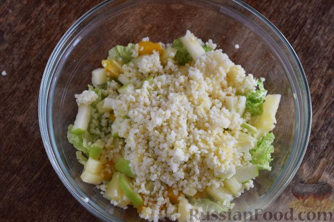 """Фото приготовления рецепта: Салат """"Золотое танго"""" с капустой, фруктами и пшеном - шаг №10"""