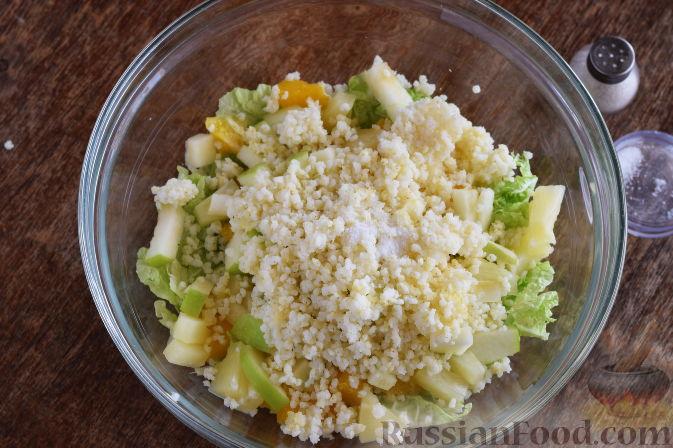 """Фото приготовления рецепта: Салат """"Золотое танго"""" с капустой, фруктами и пшеном - шаг №11"""