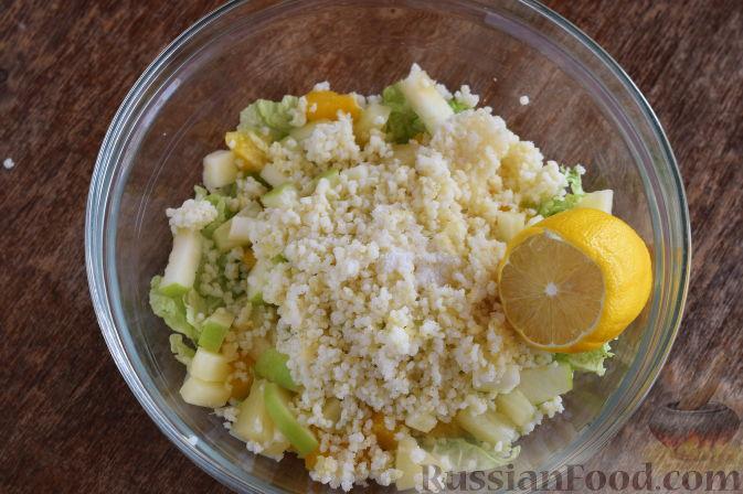 """Фото приготовления рецепта: Салат """"Золотое танго"""" с капустой, фруктами и пшеном - шаг №12"""