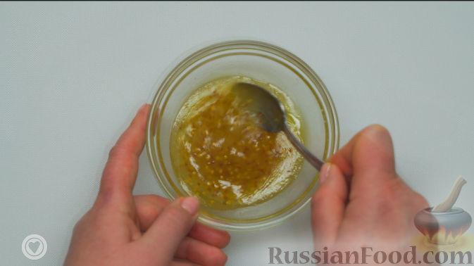 Фото приготовления рецепта: Оранжевый салат с мандаринами и хурмой - шаг №4