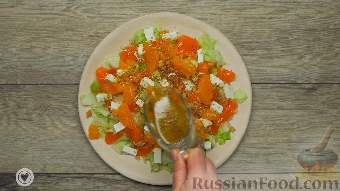 Фото приготовления рецепта: Оранжевый салат с мандаринами и хурмой - шаг №6
