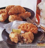 Фото к рецепту: Пирожки из слоеного теста с рисом, рыбой и креветками