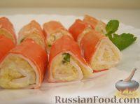 Фото к рецепту: Рулетики из крабовых палочек с сыром
