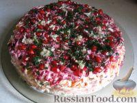 Фото к рецепту: Праздничный слоеный салат с копченой ветчиной