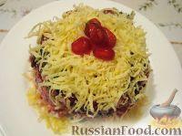 Фото к рецепту: Слоеный салат с копченой курицей, черносливом и сыром