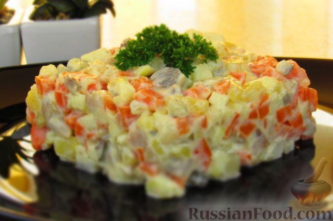 """Фото к рецепту: Салат """"Зимний"""" с селедкой и яблоком"""