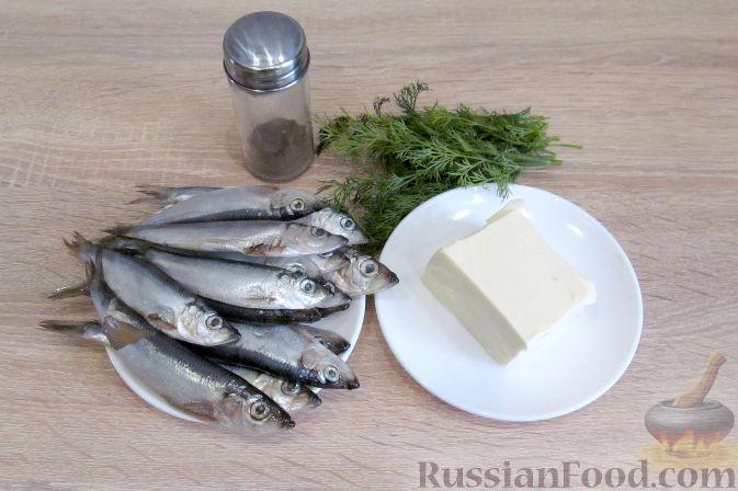 Фото приготовления рецепта: Бисквитный рулет с творогом и инжиром - шаг №10