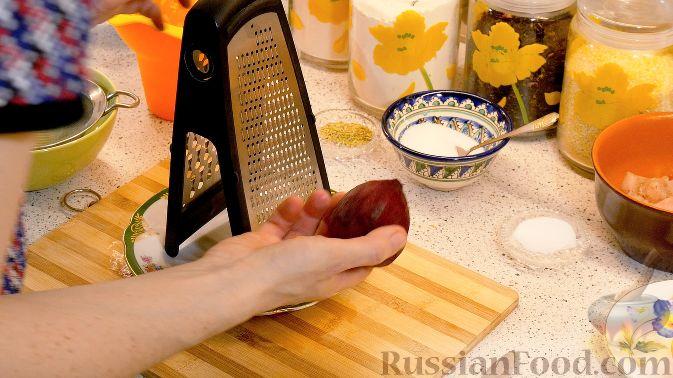 Фото приготовления рецепта: Дрожжевые пирожки с рыбой, варёными яйцами и зелёным луком - шаг №16