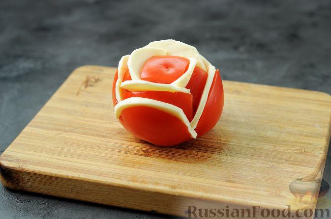 """Фото приготовления рецепта: Закуска """"Букет роз"""" из помидоров - шаг №4"""
