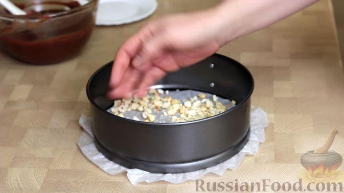 Фото приготовления рецепта: Салат с крабовыми палочками, ананасами, маслинами и кукурузой - шаг №8