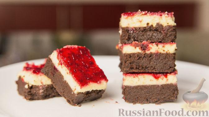 Фото к рецепту: Шоколадный брауни с клюквенным чизкейком